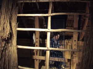 Gewichtswebstuhl Blick durchs Dach