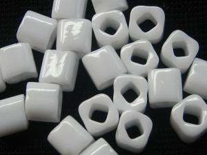 3 mm Würfel der Firma TOHO in der Farbe Opaque White