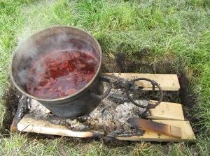 Färbekessel auf dem Feuer  /  Dye kettle on fire